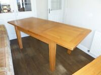STUNNING SOLID OAK EXTENDABLE DINING TABLE