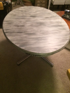 Dinning table-very good condition