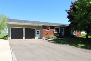 1 acre Bungalow with garages and hot tub M110451