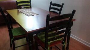 1 table et 4 chaises en merisier