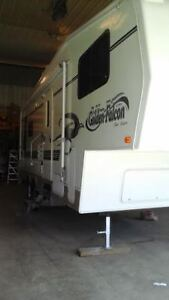 2002 Golden Falcon 5th Wheel **Like new****. only used 4 times**