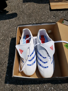 ADDIDAS LADIES SIZE 7 SOCCER SHOES