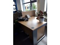 5 X OFFICE CORNER DESKS TO GO - 3 X RIGHT, 2 X LEFT, ALL IN VERY GOOD CONDITION