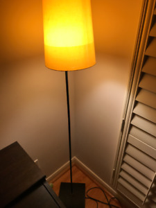 FLOOR LAMP IN GOOD CONDITION ONLY $10