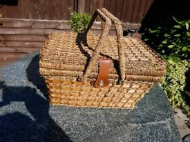 Hamper with 4 place settings