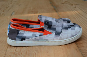 TOMS slip on size youth 4