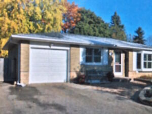 3+2 bedroom detached renovated house in Aurora for rent