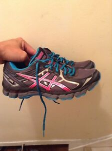 Women's Asics goretex running shoes