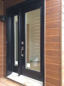 Porte acier neuve extérieure noire, intérieure blanche, vitrée