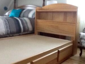 Mobillier de chambre pour enfant en érable naturel.