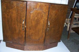 Petite armoire antique.