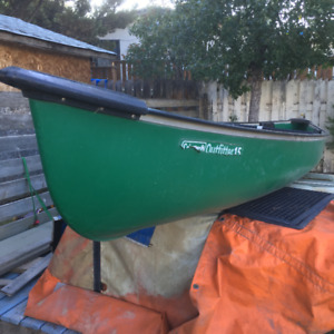 15' Coleman canoe with paddles