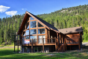 Beautiful Log home, steps from the beach!