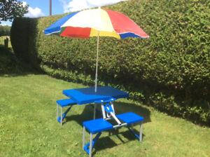 Belle table de pic nic pliable avec parasol