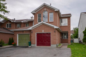 Bright Townhouse End Unit - Fully fenced backyard