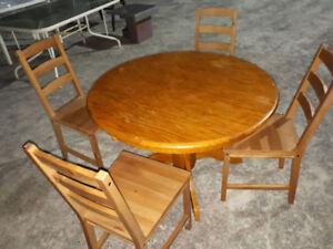 mobilier de cuisine: table de cuisine avec 4 chaises pour 40$