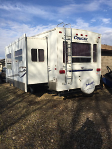 Smoke and pet free Cougar Fifth Wheel
