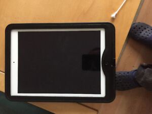 like new MINT CONDITION IPAD AIR 32GB WIFI with protective case