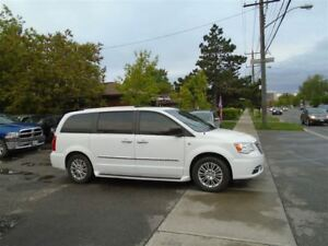 2014 Chrysler Town & Country Touring-L, leather, sunroof.  NAVIG