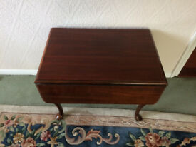 Beautiful solid wood extendable coffee table with drawer