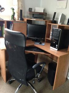 meuble d'ordi et chaise