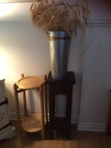 2 petites tables d'appoint et pot avec gerbes de blé