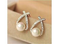Rhinestone earring with pearls in the middle