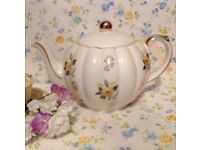Vintage tea pot in excellent condition (rare Gibson teapot)