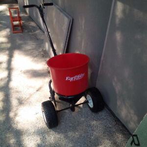 Salt/fertilizer spreader