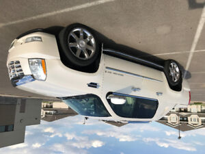 2007 Cadillac Escalade EXT. Pearl White 59,000 km on 6.2L engine