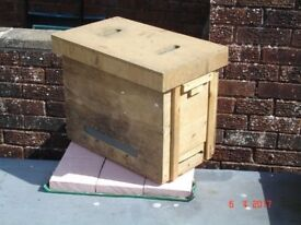 carrying box for swarm of bees or nucleus or small pet