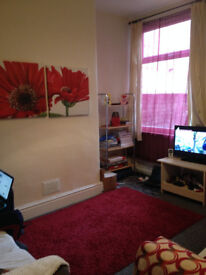 Fabulous house - Double & Single rooms available - 2 minutes to Oxford Road & buses, shops etc