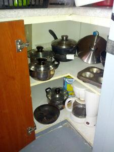 cuisiniere, micro-ondes, divan 3 places,2x tablesde chevett Etc