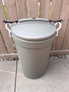 RUBBERMAID OUTSIDE-CRITTER GARBAGE CAN-USED