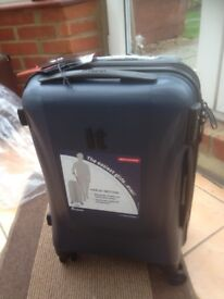 IT LUGGAGE CABIN SUITCASE BRAND NEW