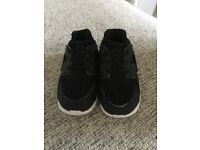 Young Boys Size 6.5 Black Nike Huarache Trainers