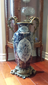 Beautiful vase with fer forgé handles and base.