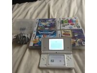 LOOK WHITE NINTENDO DSI WITH CHARGER AND 5 GAMES