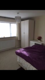 Spacious double room - Gatwick/town location