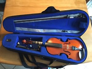 Violon 1/2 with hard case, bow,  chin rest and rosin