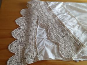 Très belle jupe de lit Queen