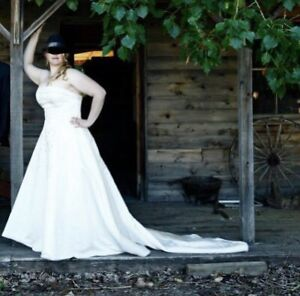 Ivory strapless wedding gown size 14-16
