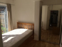 e14 canary wharf ensuite room available for professional