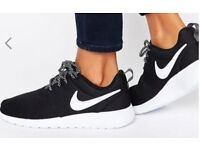 Nike Roshe One Trainers Size 7 Black and White