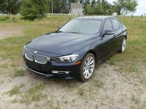 2013 BMW 320i Xdrive - Loaded with Leather & Moonroof- Low Kms