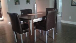 Ensemble de salle à manger avec chaises et buffet
