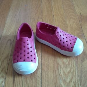 OLD NAVY size 5 croc style shoes