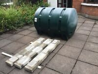 Oil tank with three concrete lintels