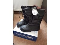 trespass snow boots size 9/8 (43) with tags