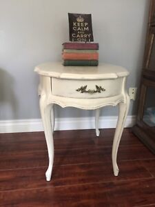 Pair of beautiful french provincial end tables/nightstands